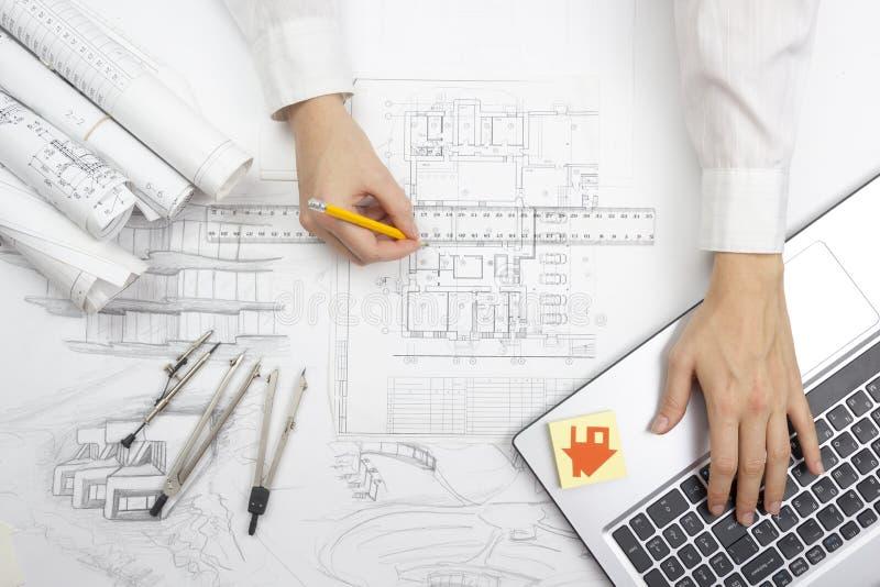 Architekt Working On Blueprint Architektenarbeitsplatz - Architekturprojekt, Pläne, Machthaber, Taschenrechner, Laptop und stockfotografie