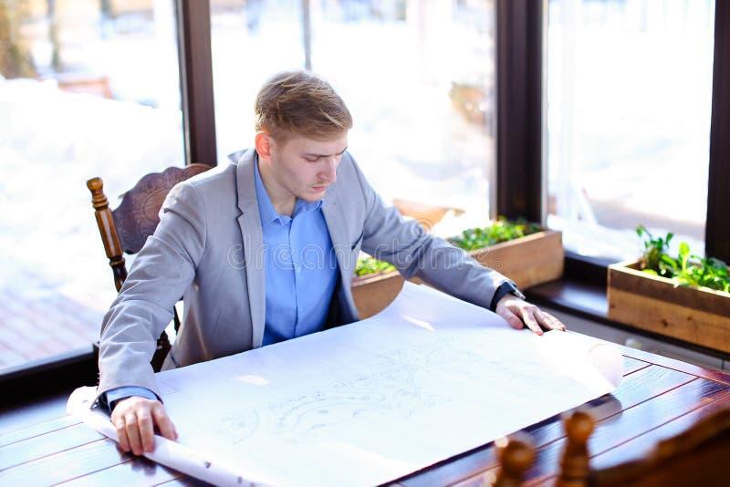 Architekta czekanie dla klienta przy kawiarnią z rolki architektury pr obraz royalty free