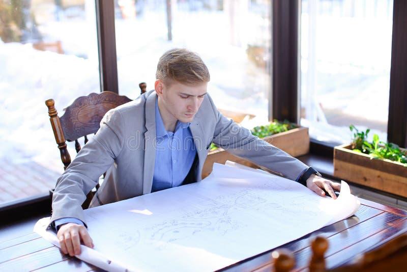 Architekta czekanie dla klienta przy kawiarnią z rolki architektury pr zdjęcia royalty free