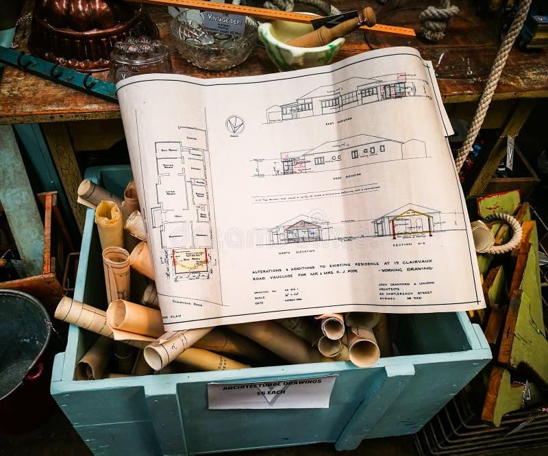 Architekta domowy podłogowy plan na papierze zbierał w drewnianym pudełku obraz stock