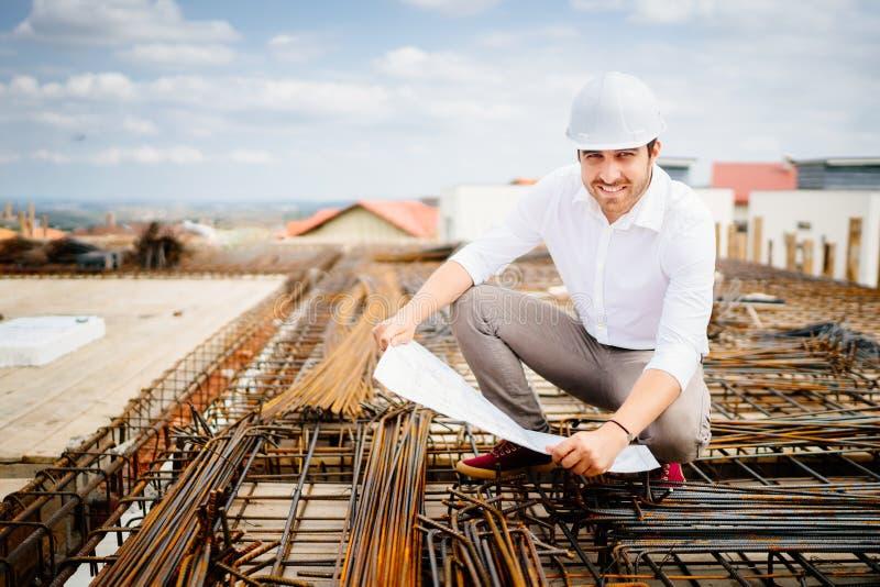 architekta inżynier na budowie, czytelniczych projektach i coordinating pracownikach, obrazy royalty free