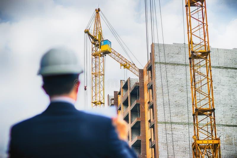 Architekta inżyniera czeka obieg na nowym budynku i dokumenty fotografia stock