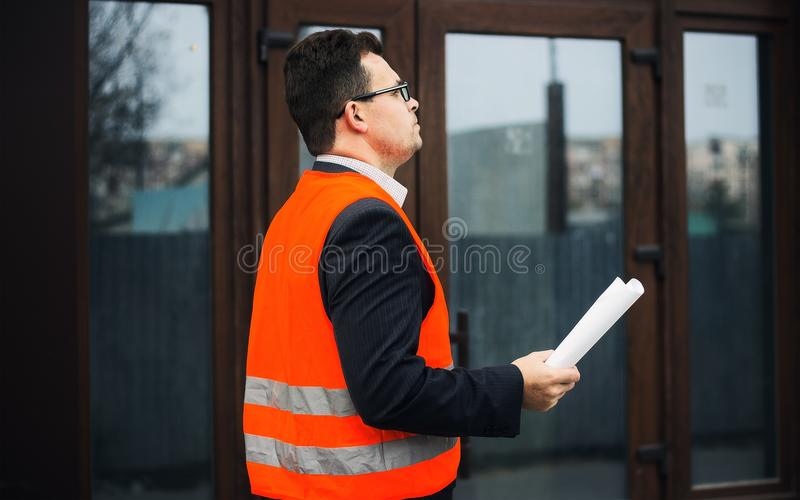 Architekta inżyniera czeka obieg na nowym budynku i dokumenty obrazy stock