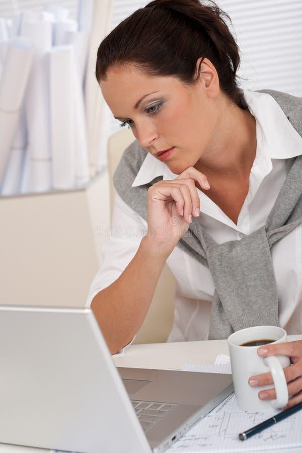 architekta kawowy żeński laptopu obsiadanie zdjęcie stock