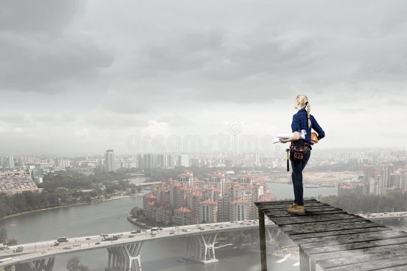 Architekta viewing na mieście obrazy stock