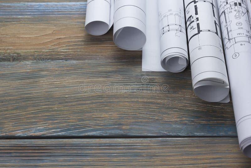 Architekta worplace odgórny widok Architektoniczny projekt, projekty, projekt rolki na drewnianym biurko stole Budowa zdjęcie stock