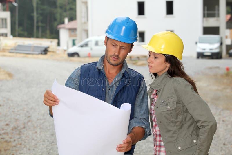 Architekten auf Baustelle stockfotografie