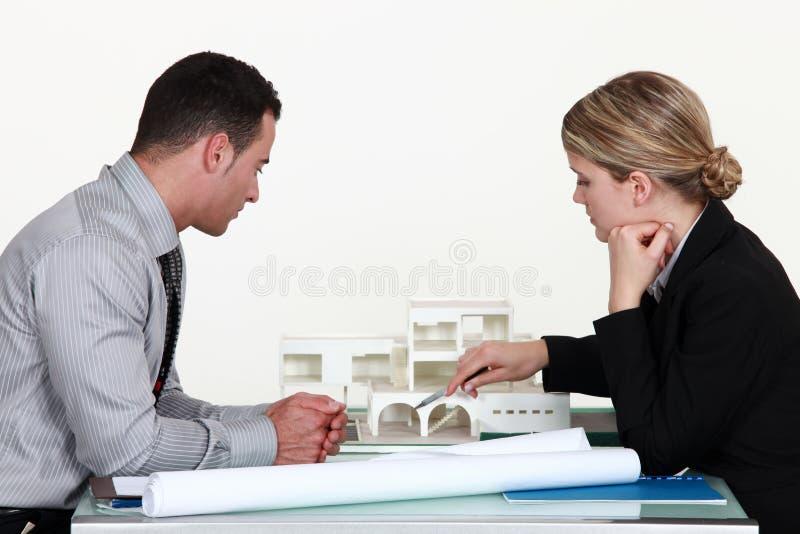 Architekten, die ein Gebäude auswerten stockbilder