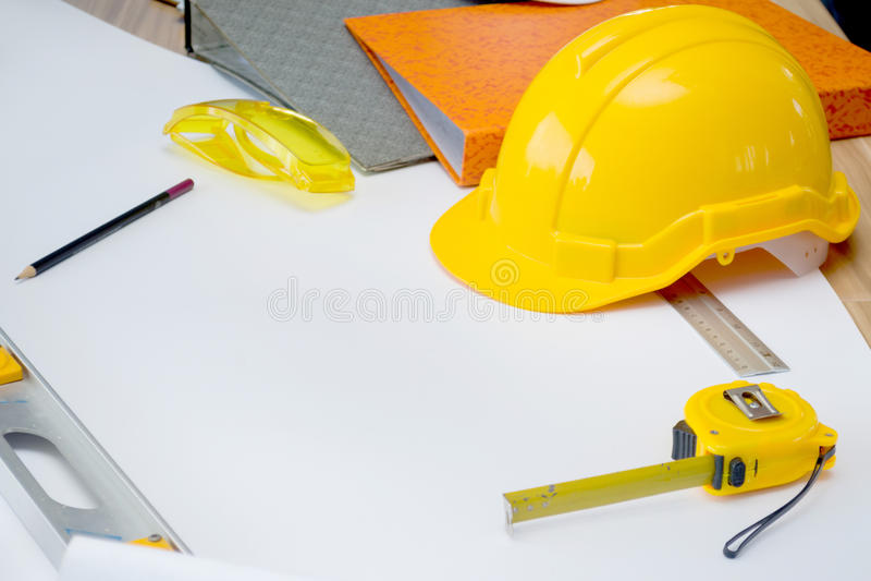 Architekten, die mit Plänen arbeiten lizenzfreie stockfotos