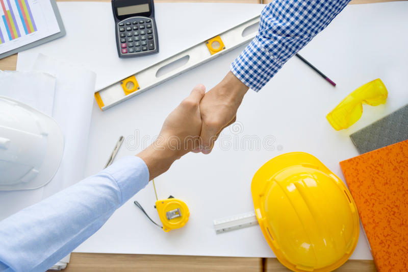 Architekten, die mit Plänen arbeiten, Arbeitsplatz engin kontrollierend stockfoto