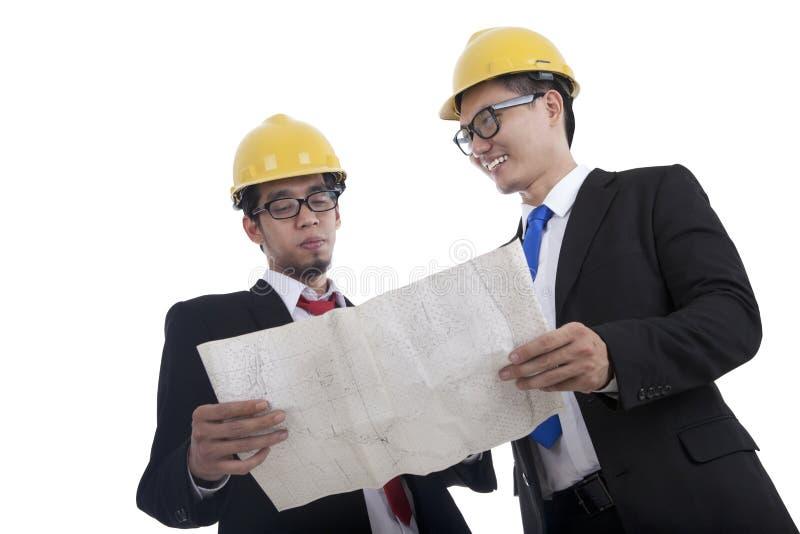 Architekten, welche die Lichtpause überprüfen stockfoto