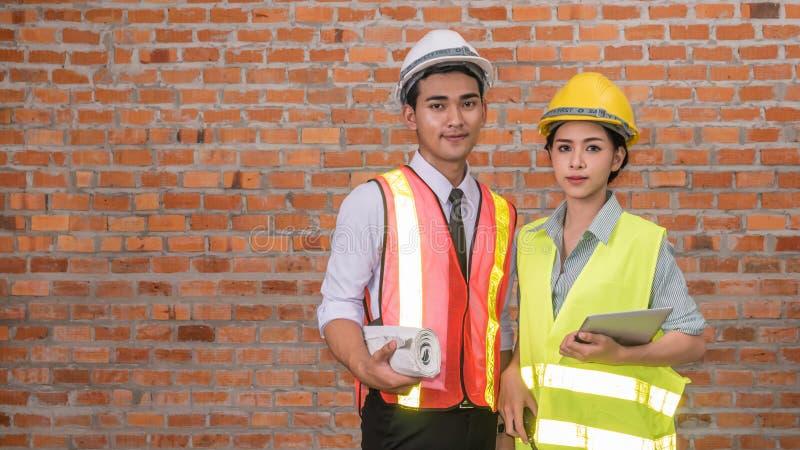 Architektenerbauer und Fraueningenieur stockfotos