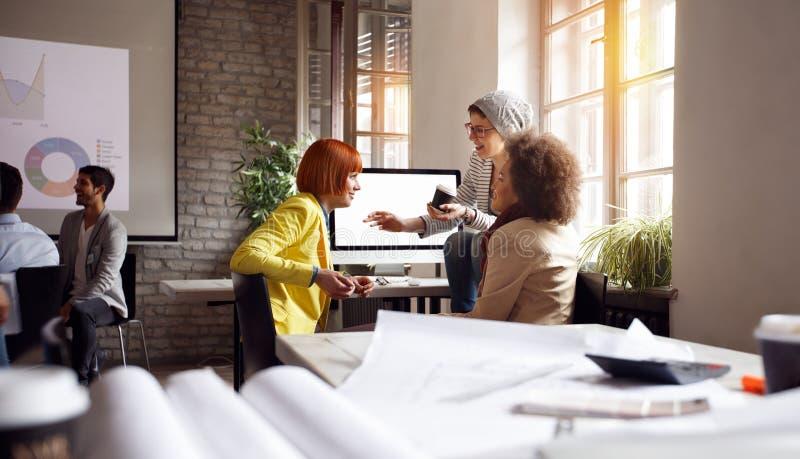 Architektenfrau - junger Büroangestellter stockfotografie