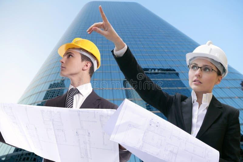 Architektengeschäftsmanngeschäftsfrau, harter Hut lizenzfreies stockbild