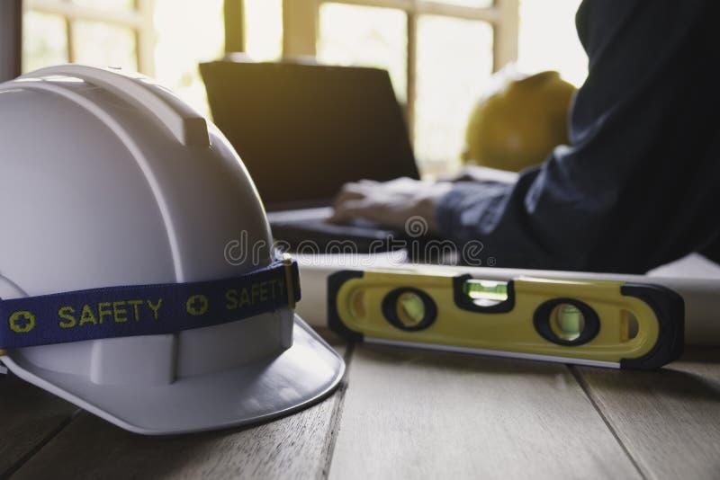 Architekteningenieurarbeitskonzept mit Laptop und Bauwerkzeuge oder -Schutzausrüstung auf Tabelle stockfotos