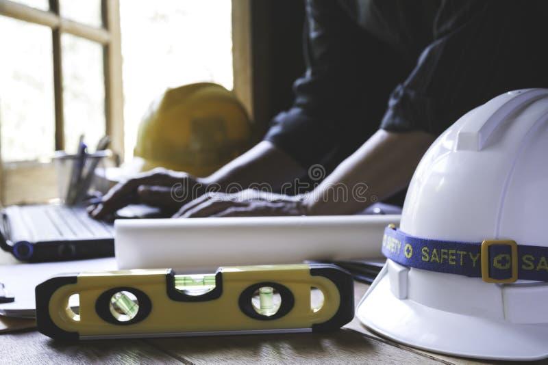 Architekteningenieurarbeitskonzept mit Laptop und Bauwerkzeuge oder -Schutzausrüstung auf Tabelle stockfotografie