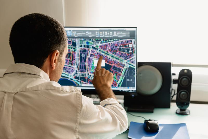 Architektenzeichnung mit cad-Software, die Gebäude entwirft lizenzfreie stockfotografie