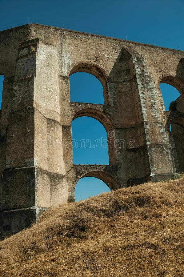 Architektoniczna struktura akwedukt z łukami i prostokątnymi filarami obraz stock