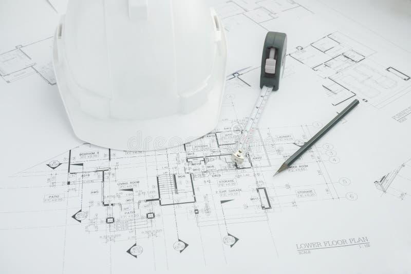 Architektoniczni narzędzia, projekty, hełm, pomiarowa taśma, budowy pojęcie Konstruować narzędzia Odgórny widok zdjęcia royalty free