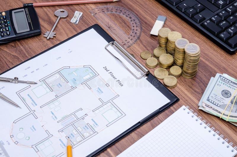 Architektoniczni rysunki nowożytny dom z komputerową klawiaturą, kalkulator, notepad, pióro, moneta obrazy royalty free