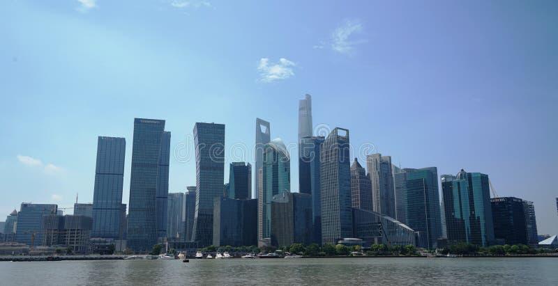 Architektoniczny kompleks stoi blisko rzeki obrazy royalty free