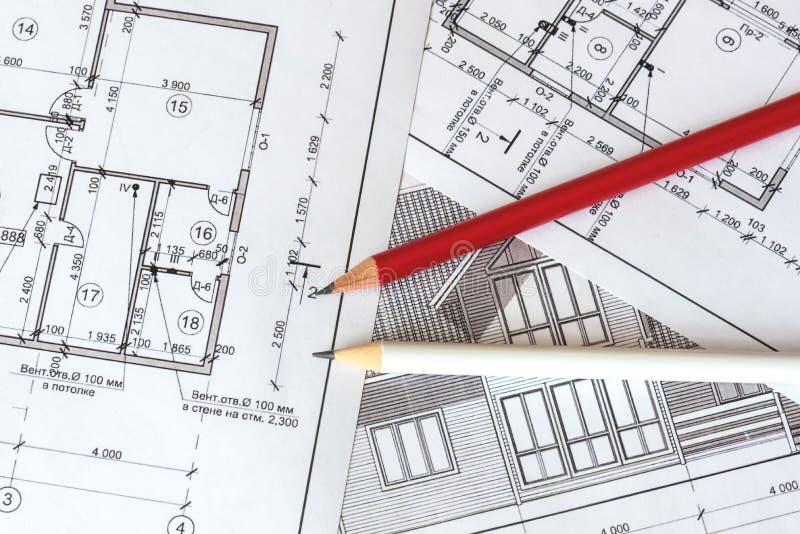 Architektoniczny plan dom drukuje na białym prześcieradle papier Czerwony i biały ołówek na nim fotografia royalty free