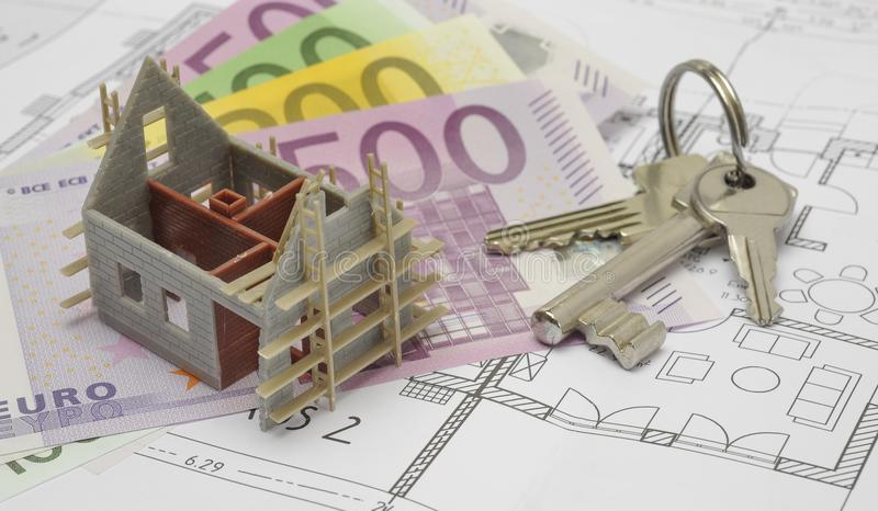 Architektoniczny plan z euro banknotami i domów kluczami zdjęcia royalty free