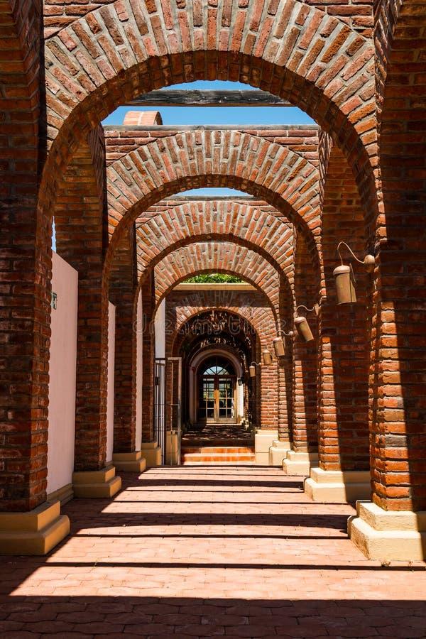 Architektoniczny szczegół łuki Adobe Guadalupe wytwórnia win fotografia stock