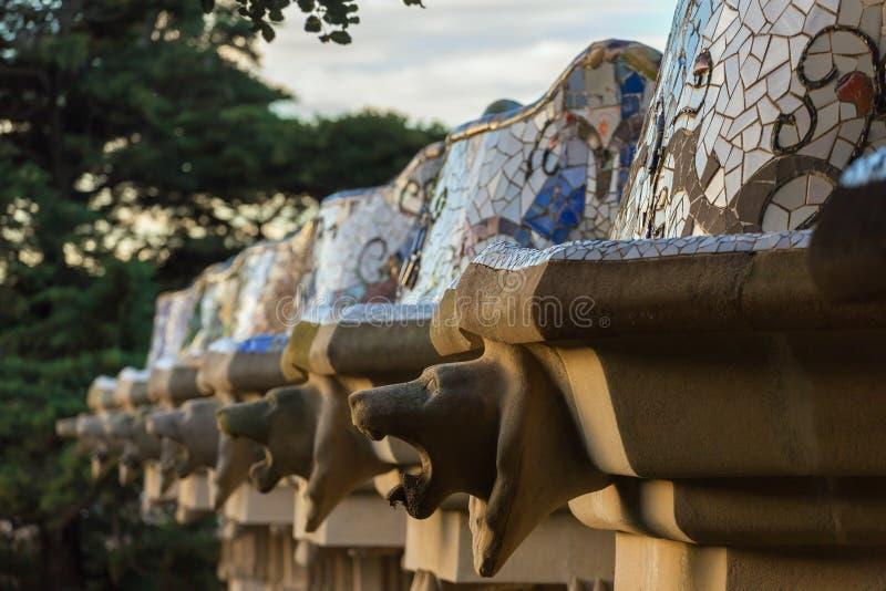 Architektoniczny szczegół sławna kolorowa ławka w Parkowym Guell projektującym Antoni Gaudi w Barcelona obrazy royalty free