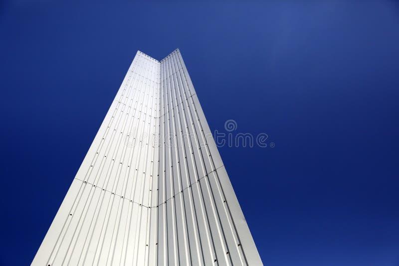 Architektoniczny szczegół stalowy metal nowożytna geometria z niebieskiego nieba tłem z kopii przestrzenią fotografia royalty free