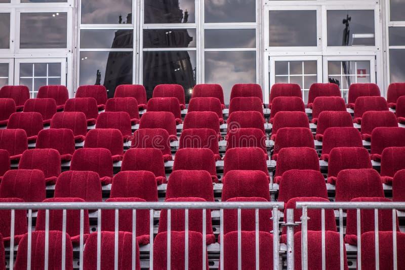 Architektoniczny tło, pejzaż miejski Czerwoni krzesła uszeregowywają w rzędach obraz royalty free