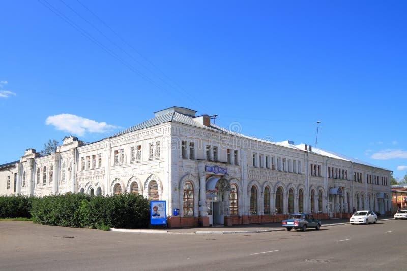 Architektoniczny zabytek g??wny urz?du pocztowego budynek na letnim dniu w Syberyjskim mie?cie Biysk Altai region zdjęcia royalty free