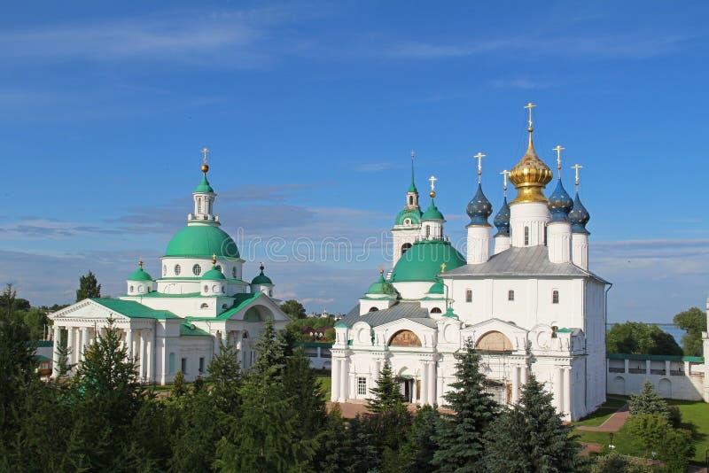 Architektoniczny zespół Spaso-Yakovlevsky St Jacob wybawiciela monaster w letnim dniu, Rostov Velikiy, Rosja fotografia stock