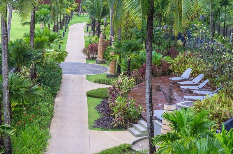 Architektur außen mit Gehweg im Garten des Erholungsortes u. des Badekurortes SENTIDO Graceland Khao Lak lizenzfreies stockbild