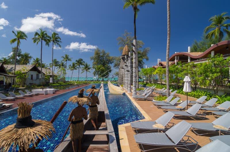 Architektur außen mit Swimmingpool des Erholungsortes u. des Badekurortes SENTIDO Graceland Khao Lak stockfotografie