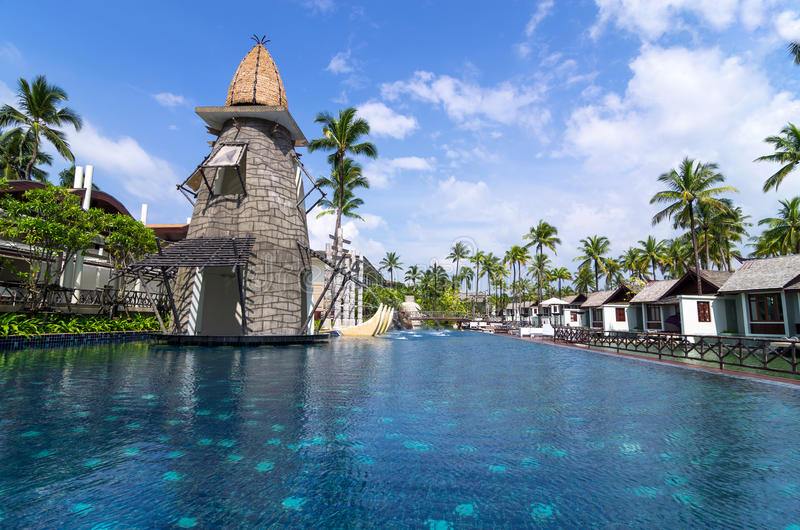 Architektur außen mit Swimmingpool des Erholungsortes u. des Badekurortes SENTIDO Graceland Khao Lak stockbild