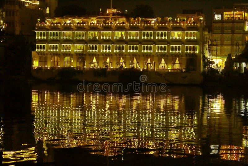 Architektur auf der Bank von See mit Ankurbelung der Wirtschaft auf Wasser in der Nacht stockfotografie