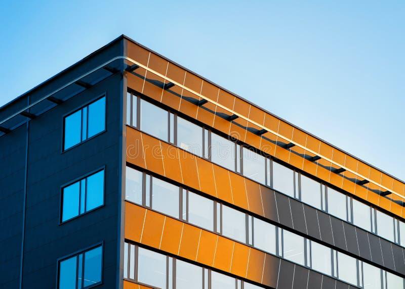 Architektur des blauen Himmels des modernen Firmenkundengeschäftbürogebäudes lizenzfreie stockfotos