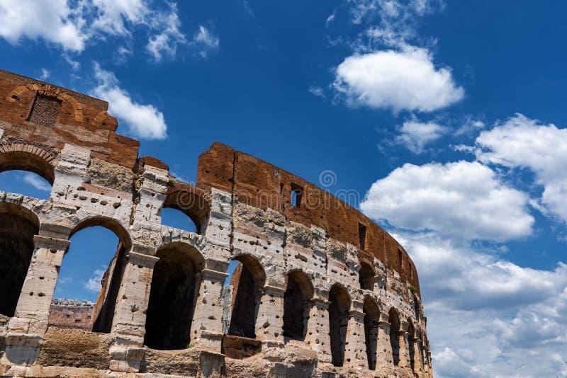 Architektur-Detail Roms Colosseum mit Wolken lizenzfreie stockfotos