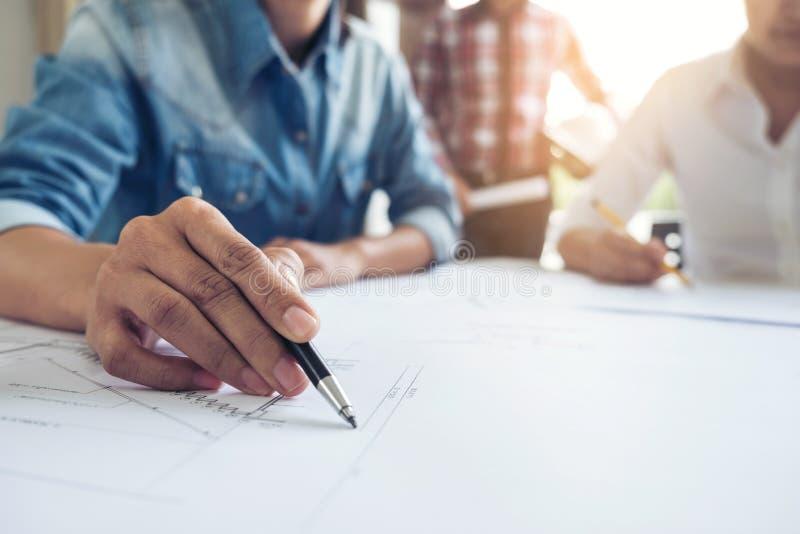 Architektur-Ingenieur Teamwork Meeting, Zeichnung und Funktion für stockbild