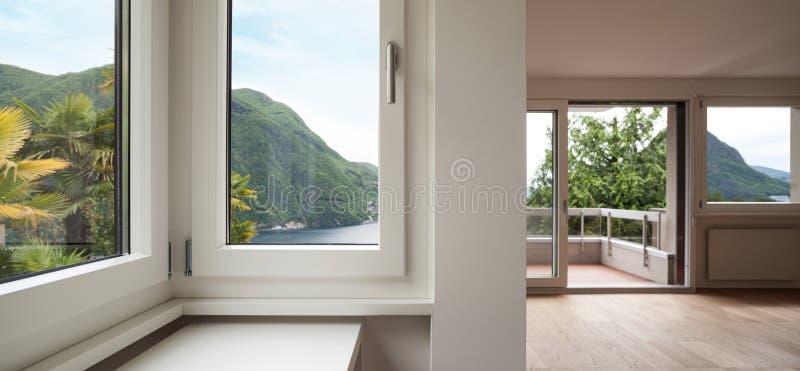 Architektur, leeres Wohnzimmer, Fenster lizenzfreie stockfotos