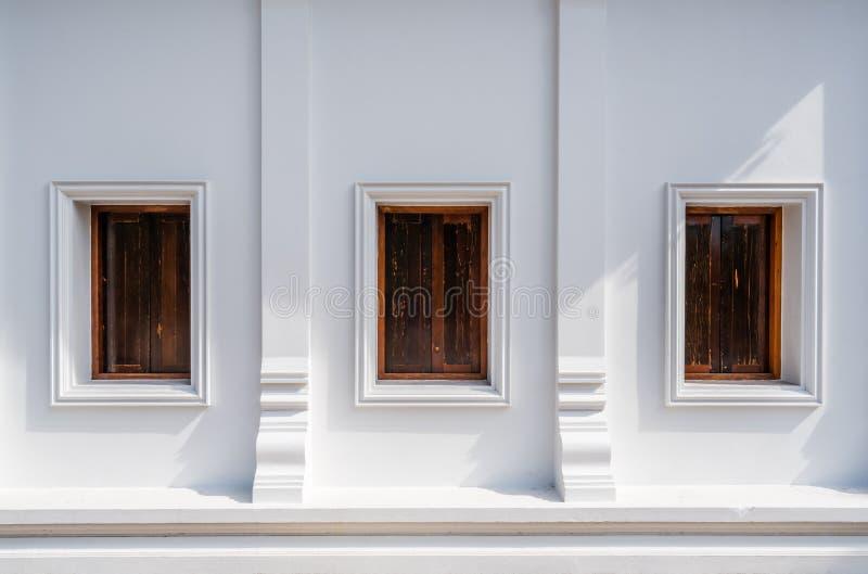 Architektur Thailands der Wand allgemeinen Tempels mit drei hölzernen Fenstern stockfotografie