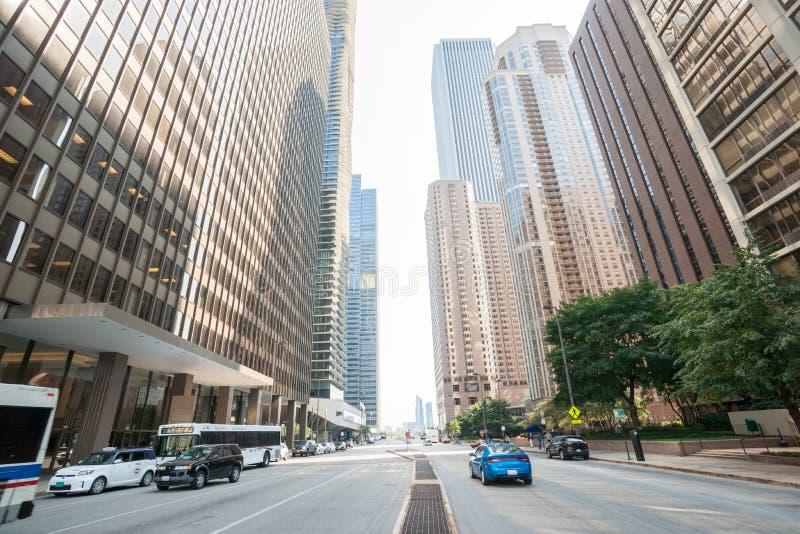 Architektur und Straßenbild entlang der Schlucht ähnlichen Michigan-Allee stockbild