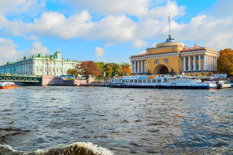 Architektur von St- Petersburg - Admiralitäts-Bogen und von Winter-Palast auf dem Damm von Neva-Fluss in St Petersburg, Russland stockbild