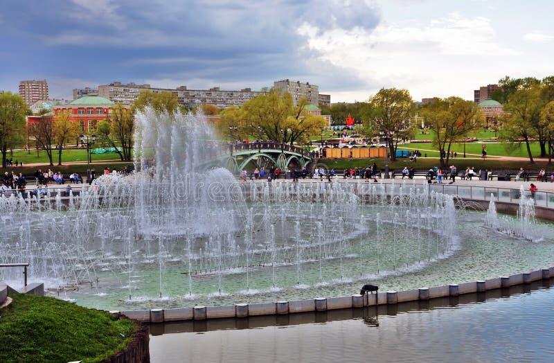 Architektur von Tsaritsyno-Park in Moskau brunnen Farbfoto lizenzfreie stockfotos