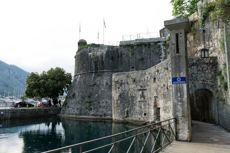 architektura bocznego wejścia fortyfikacje i jezioro Stary miasteczko Kotor, Montenegro Piękne wąskie ulicy, wejście obrazy royalty free
