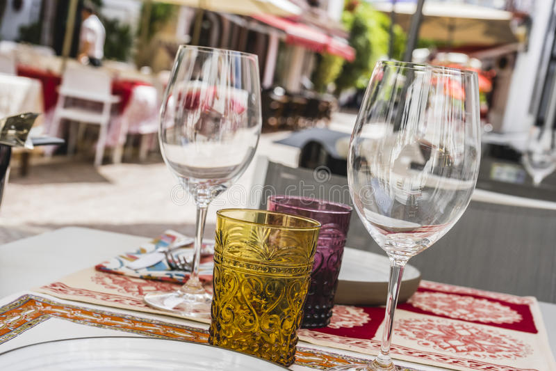 architektura i ulicy biali kwiaty w Marbella Andalucia obraz stock