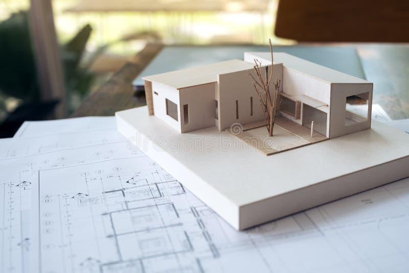 Architektura model z sklepowym rysunkowym papierem i laptopem na stole w biurze z plamy naturą zdjęcia stock