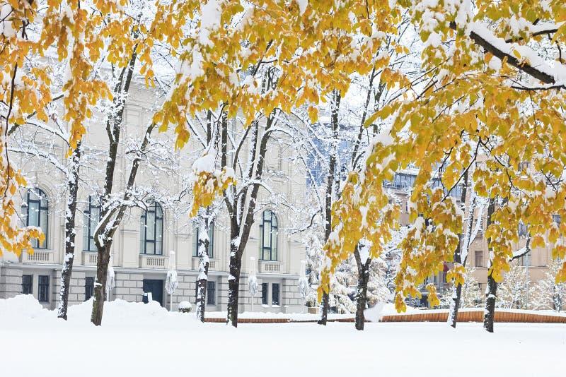 Architektura na śnieżnym jesień dniu zdjęcia royalty free