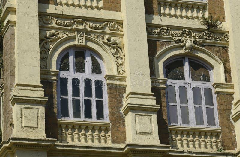 Architektura: Zamyka up budynek z Round Łukowatym Windows Blisko Mumbai, India obraz royalty free